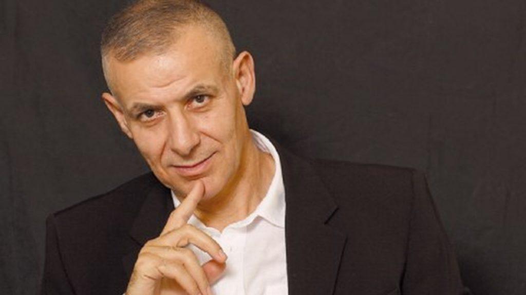 Ο Γιώργος Καραμπελιάς συνομιλεί με τον Δημοσθένη Δαββέτα